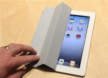 <p>Imagen de archivo del iPad 2 exhibido durante un evento en San Francisco. mar 2 2011. Apple anunció que esta semana sacará a la venta la última versión del iPad en 25 nuevos mercados, como España, Francia y Reino Unido, pero no ofreció cifras oficiales de las ventas hasta ahora en Estados Unidos. REUTERS/Beck Diefenbach</p>