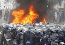 <p>Riot police confront protesters during clashes in Oued Koriche, Algiers March 23, 2011. REUTERS/Louafi Larbi</p>