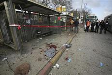 <p>Следы крови на месте взрыва бомбы в Иерусалиме, 23 марта 2011 года. Более 20 человек пострадали в результате взрыва у автобуса в центре Иерусалима, сообщила полиция. REUTERS/Gil Yohanan</p>