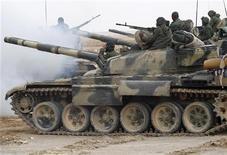 <p>Танки ливийской армии продвигаются к западным воротам города Аждабия 16 марта 2011 года. Самолеты коалиционных сил продолжили бомбить Ливию пятую ночь подряд, но пока силам Запада не удается остановить продвижение танков лидера страны Муаммара Каддафи к удерживаемым повстанцами городам или отбросить их со стратегических направлений на востоке страны. REUTERS/Ahmed Jadallah</p>