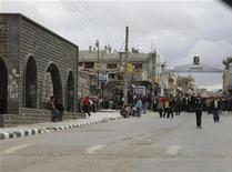 <p>Демонстранты во время акции протеста в городе Дераа, 22 марта 2011 года. Центральная больница сирийского города Дераа на юге страны получила тела 25 демонстрантов, погибших под пулями сил безопасности, сообщил в четверг официальный представитель больницы. REUTERS/Khaled al-Hariri</p>