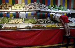 <p>Торговец овощами на рынке в Сингапуре 6 марта 2008 года. Власти Сингапура сообщили в четверг незначительном превышении радиации в четырех видах овощей, импортированных из Японии. REUTERS/Ahmad Masood</p>