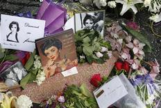 """<p>Flores e fotos enfeitam a estrela de Elizabeth Taylor na Calçada da Fama em Hollywood. A atriz ganhou uma despedida brilhante nesta quinta-feira da mídia mundial, que a saudou como """"a derradeira deusa de Hollywood"""". 23/03/2011 REUTERS/Fred Prouser</p>"""