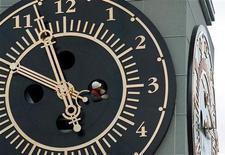 <p>Техник проверяет циферблат часов на здании администрации Красноярска 8 сентября 2001 года. Россия по велению президента Дмитрия Медведева готовится в последний раз перевести стрелки часов, отказавшись от перехода на зимнее и летнее время дважды в год. REUTERS/Ilya Naimushin</p>