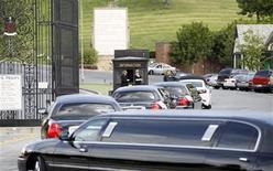 <p>Un grupo de limosinas con miembros de la familia de Elizabeth Taylor a su llegada a su funeral en Forest Lawn en Glendale, EEUU, mar 24 2011. Taylor recibió el jueves un pequeño servicio funerario privado en el área de Los Angeles, un día después de que murió de insuficiencia cardiaca, dijo la policía. REUTERS/Mario Anzuoni</p>