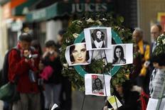<p>Un grupo de personas visita la estrella de Elizabeth Taylor en el Paseo de la Fama en Hollywood, mar 24 2011. Las luces de Broadway se apagarán el viernes en un tributo a la actriz Elizabeth Taylor, quien murió el miércoles en Los Angeles a la edad de 79 años. REUTERS/Mario Anzuoni</p>