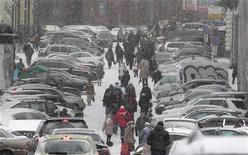 <p>Пешеходы идут по улице в центре Москвы, 25 марта 2011 года. Москвичей ждет прохладная и ненастная рабочая неделя и потепление в выходные, прогнозируют синоптики. REUTERS/Alexander Natruskin</p>