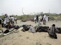 <p>Люди стоят возле жертв взрыва на заводе по производству боеприпасов в Джааре 27 марта 2011 года. По меньшей мере 110 человек погибли при взрыве на заводе по производству боеприпасов в городе Джаар на юге Йемена в понедельник, сообщили врачи местной государственной больницы. REUTERS/Stringer</p>