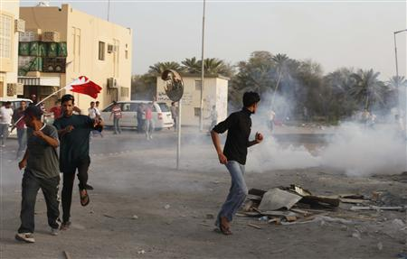 Anti-government protesters flee after riot police fire rounds of tear gas to disperse them in the mainly Shi'ite village of Diraz, west of Manama, March 25, 2011. REUTERS/Hamad I Mohammed