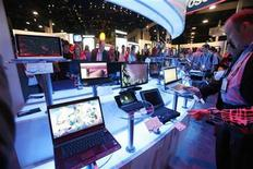 <p>Visitors look at laptops on display during the 2010 International Consumer Electronics Show (CES) in Las Vegas January 7, 2010. REUTERS/Mario Anzuoni</p>