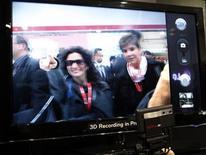 <p>Foto de archivo de un televisor tridimensional Optimus 3d de la firma LG, en el congreso mundial GSMA en Barcelona, feb 17 2011. Raheem Patterson, un entrenador personal de 35 años, compró una nueva pantalla plana de TV hace solo 18 meses. Sin embargo, ya está pensando en actualizarla, porque ahora quiere una con 3D. REUTERS/Gustau Nacarino</p>