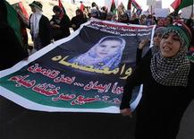 <p>Women hold a picture of Eman al-Obaidi during a protest in Benghazi March 27, 2011. REUTERS/Suhaib Salem</p>