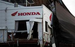 <p>A Honda sign is seen at a building damaged by the March 11 tsunami in Kesennuma town, Miyagi Prefecture, March 23, 2011. REUTERS/Carlos Barria</p>
