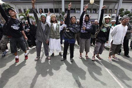 Supporters of radical Indonesian Muslim cleric Abu Bakar Bashir chant ''God is great'', in support of their leader's at his trial in South Jakarta's court March 10, 2011. REUTERS/Enny Nuraheni