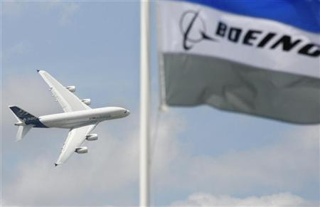 An Airbus A380 performs during a flying display at the 47th Paris Air Show at Le Bourget airport near Paris, June 21, 2007. REUTERS/Pascal Rossignol
