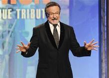 """<p>O ator Robin Williams prestando homenagem ao ator Matt Damon durante o American Cinematheque Award, em Beverly Hills, Califórnia. Williams vai interpretar o fantasma de um tigre-de-bengala se esgueirando pelas ruas sangrentas de Bagdá em """"Bengal Tiger at the Badhdad Zoo"""", que estreia na Broadway nesta quinta-feira. Foto de Arquivo 27/03/2010 REUTERS/Gus Ruelas</p>"""