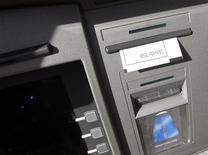<p>Банкомат Lloyds TSB, 27 апреля 2010 года. Банк России предупредил банки, что они должны информировать владельцев платежных карт о размере комиссий при использовании в банкоматах до проведения операции, в противном случае они нарушают российское законодательство. REUTERS/Darren Staples</p>
