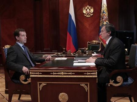 Russian President Dmitry Medvedev (L) speaks with Deputy Prime Minister Igor Sechin at their meeting in the presidential residence at Gorki, outside Moscow March 14, 2011. REUTERS/Mikhail Klimentyev/RIA Novosti/Kremlin
