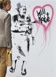 <p>Женщина проходит мимо работы граффити-художника Рича Симмонса в Лондоне 1 апреля 2011 года. Предстоящая в Великобритании свадьба принца Уильяма и Кейт Миддлтон в пятницу стала объектом первоапрельских шуток - в прессе появлялись сообщения об отмене свадьбы и многом другом. REUTERS/Toby Melville</p>