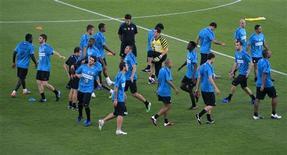 """<p>Игроки """"Милана"""" на тренировке в Абу-Даби 17 декабря 2010 года. Ближайший тур итальянской Серии А может оказаться решающим в распределении мест в турнирной таблице по окончании сезона. REUTERS/Fadi Al-Assaad</p>"""