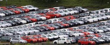 <p>Foto de archivo de una serie de vehículos nuevos de la firma Volkswagen en la planta de la compañía de Sao Bernardo do Campo, Brasil, mar 2 2011. Las ventas de autos nuevos y vehículos comerciales livianos en Brasil aumentaron casi un 11,6 por ciento en marzo frente a febrero, pero cayeron un 14,4 por ciento contra el mismo mes del año pasado, dijo a Reuters el viernes una fuente con acceso a los datos. REUTERS/Paulo Whitaker (BRAZIL - Tags: TRANSPORT BUSINESS)</p>