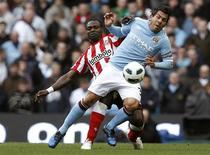<p>Carlos Tévez desafia John Mensah, do Sunderland, durante partida do Campeonato Inglês na qual Tévez marcou um gol de pênalti. 03/04/2011 REUTERS/Phil Noble</p>