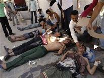 <p>Люди оказывают помощь пострадавшим в столкновениях с полицией демострантам на юге Йемена, 3 апреля 2011 года. Более 400 человек получили ранения в результате жесткого подавления массовых акций протеста полицией в городе Эль-Худайда на юге Йемена, сообщили врачи. REUTERS/Stringer</p>