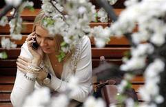 <p>Девушка говорит по мобильному телефону в ГУМе в Москве, 4 марта 2011 года. Весенняя погода пришла в Москву - столичных жителей ждет теплая рабочая неделя с ночными температурами выше нуля градусов, полагают синоптики. REUTERS/Denis Sinyakov</p>