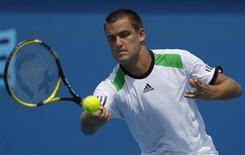 <p>Михаил Южный на турнире Australian Open в Мельбурне 22 января 2011 года. Россиянин Михаил Южный опустился с 14-й на 15-ю строчку рейтинга ATP, последняя версия которого была опубликована в понедельник. REUTERS/Daniel Munoz</p>