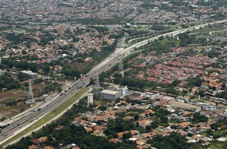 An aerial view of a toll road connecting Jakarta to an industrial area of Bekasi is seen October 16, 2010. REUTERS/Beawiharta