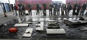 <p>Обломки рейса 447 компании Air France на авиабазе в Ресифи 12 июня 2009 года. Обломки разбившегося в 2009 году самолёта, выполнявшего рейс 447 компании Air France, а также тела некоторых погибших пассажиров были обнаружены в Атлантическом океане, сообщили в понедельник власти Франции. REUTERS/Stringer</p>