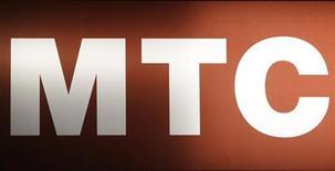 <p>Логотип МТС в Москве 25 февраля 2010 года. Мобильный оператор МТС выпустил в понедельник первый смартфон с поддержкой российской навигационной системы Глонасс, что стало важной вехой в истории проекта, призванного создать конкурента американской Global Positioning System (GPS). REUTERS/Sergei Karpukhin</p>