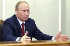 <p>Премьер-министр России Владимир Путин во время встречи в резиденции в Ново-Огарево 2 апреля 2011 года. Премьер Владимир Путин велел правительству подумать, как воплотить недавнее требование Кремля облегчить для бизнеса налоговое бремя, осуждаемое президентом Дмитрием Медведевым, которого в 20-минутной в речи перед министрами партнер по тандему не упомянул ни разу. REUTERS/RIA Novosti/Alexei Lebedev/Pool</p>