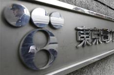 """<p>Логотип оператора АЭС """"Фукусима-1"""" Tokyo Electric Power Co. (TEPCO) на здании офиса в Токио, 3 апреля 2011 года. Оператор аварийной японской АЭС """"Фукусима-1"""" начал во вторник выплачивать деньги жертвам крупнейшего ядерного кризиса с момента чернобыльской катастрофы, тогда как на самой станции продолжается борьба с утечкой радиации. REUTERS/Yuriko Nakao</p>"""