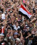 <p>Оппозиционеры на демонстрации в Сане, 4 апреля 2011 года. Власти Йемена приняли предложение Совета по сотрудничеству стран Персидского залива провести переговоры с оппонентами, чтобы положить конец затянувшемуся политическому кризису. Лидеры оппозиции не спешат с ответом. REUTERS/Khaled Abdullah</p>