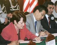 """<p>Foto de archivo de la embajadora de Estados Unidos en Ecuador, Heather Hodges, durante la firma de un acuerdo en contra del tráfico de drogas y del crimen internacional en Quito, ago 25 2009. Ecuador declaró el martes """"persona non grata"""" a la embajadora de Estados Unidos en Quito, Heather Hodges, y le solicitó que abandone el país, en reacción a unos comentarios realizados por la diplomática sobre una supuesta corrupción policial y que fueron publicados en WikiLeaks. REUTERS/Teddy Garcia</p>"""
