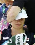 <p>Ким Клийстерс во время тайм-аута на игре против Марион Бартоли, 15 марта 2011 года. Вторая ракетка мира Ким Клийстерс пропустит по меньшей мере четыре недели из-за болей в плече и запястье, сообщила бельгийская спортсменка на своем сайте (www.kimclijsters.be). REUTERS/Danny Moloshok</p>