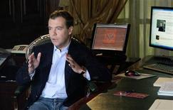"""<p>Президент РФ Дмитрий Медведев записыват видео для своего ЖЖ, 22 апреля 2009 года. Очередной жертвой хакерских атак на """"Живой журнал"""", одну из самых популярных в России независимых площадок обмена информацией и мнениями, стал блог президента Дмитрия Медведева. REUTERS/RIA Novosti/Pool</p>"""