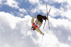 <p>Француз Ксавье Бертони участвует в соревнованиях по хаф-пайпу на турнире FIS World Cup Grand Finals в Кьеза-ин-Вальмаленко 12 марта 2008 года. Шесть новых спортивных дисциплин пополнят программу зимних Олимпийских игр в Сочи в 2014 году, сообщил в среду Международный олимпийский комитет (МОК). REUTERS/Max Rossi</p>