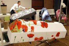 <p>Le Salon de la Mort, premier rendez-vous grand public du genre jamais organisé à Paris, où une centaine d'exposants sont installés jusqu'à dimanche soir au Carrousel du Louvre. /Photo prise le 7 avril 2011/REUTERS/Charles Platiau</p>