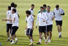 """<p>Игроки """"Реала"""" на тренировке в пригороде Мадрида 4 апреля 2011 года. Отпустивший """"Барселону"""" еще на три очка в минувшие выходные """"Реал"""" не имеет права на осечку в 31-м туре чемпионата Испании. REUTERS/Juan Medina</p>"""