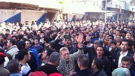 <p>Демонстранты в городе Латакия 8 апреля 2011 года. Сирийские силы безопасности взяли под контроль прибрежный город Банияс после вспыхнувших ночью стычек между противниками и сторонниками действующего президента страны Башара аль-Ассада. REUTERS/Handout</p>