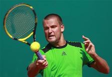 <p>Михаил Южный на турнире Monte Carlo Masters в Монако 11 апреля 2011 года. Россиянин Михаил Южный спустя неделю вернулся на 14-ю строчку рейтинга ATP, последняя версия которого была опубликована в понедельник. REUTERS/Eric Gaillard</p>