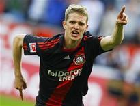 <p>Lars Bender do Bayer Leverkusen comemora gol contra o St. Pauli durante jogo do Camponato Alemão em Leverkusen, no domingo. O Bayer manteve viva a esperança de conquistar o título ao vencer de virada por 2 x 1 e diminuir a diferença para o líder Borussia Dortmund. 10/04/2011 REUTERS/Wolfgang Rattay</p>