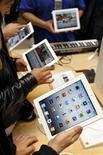 <p>Consumidores descobrem o Ipad 2, da Apple, na loja da marca em Paris, após o lançamento oficial do produto. Foto de Arquivo 25/03/2011 REUTERS/Charles Platiau</p>