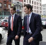 <p>Foto de archivo de los hermanos Cameron (izquierda en la imagen) y Tyler Winklevoss a su salida de la Corte de Apelaciones de San Francisco, EEUU, ene 11 2011. Winklevoss no pueden retirarse de un acuerdo con el gigante de las redes sociales Facebook, relacionado con su queja de que el fundador de la compañía, Mark Zuckerberg, les robó la idea, dijo el lunes un tribunal de Estados Unidos. REUTERS/Stephen Lam</p>