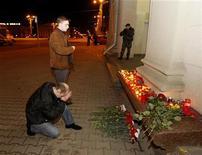<p>Мужчины молятся у входа в метро Октябрьская в память о погибших в результате взрыва, 11 апреля 2011 года. Число жертв взрыва бомбы на станции метро в центре Минска достигло 12 человек, еще 126 были ранены. Президент Александр Лукашенко, прибывший на место трагедии, дал понять, что считает виновными в ней противников действующей власти, напугав оппозицию. REUTERS/Vasily Fedosenko</p>