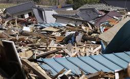 <p>Мужчина идет мимо зданий, разрушенных землетрясением 11 мартав городе Офунато, 12 апреля 2011 года. Второе за день мощное землетрясение силой 6,3 балла произошло на северо-востоке Японии, сотрясая здания в центре Токио, вскоре после того, как власти подняли уровень ядерной опасности до высшего. REUTERS/Toru Hanai</p>