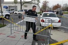 <p>Офицер полиции Капитолия ставит заграждение в Вашингтоне 11 апреля 2011 года. Мэр Вашингтона Винсент Грэй был арестован в понедельник на Капитолийском холме за участие в акции протеста против сокращения финансирования социальных программ из государственного бюджета, сообщили мэрия города и полиция Капитолия. REUTERS/Hyungwon Kang</p>