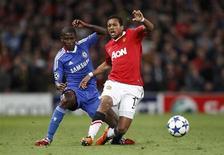 <p>O brasileiro Ramires (E), do Chelsea, faz falta no jogador do Manchester United Nani. Ele recebeu o segundo cartão amarelo no lance e acabou expulso. 12/04/2011 REUTERS/Darren Staples</p>